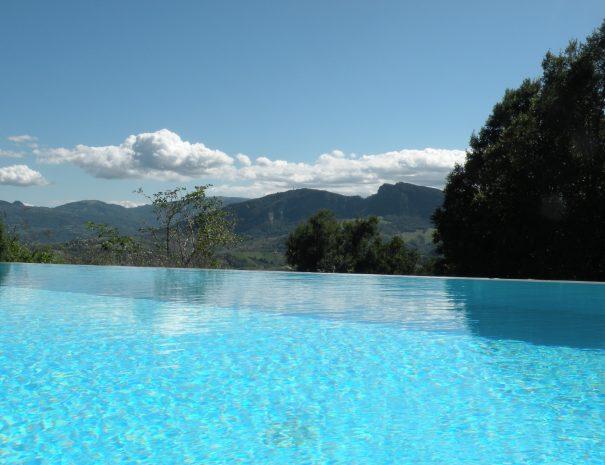 Een verfrissend zwembad met uitzicht